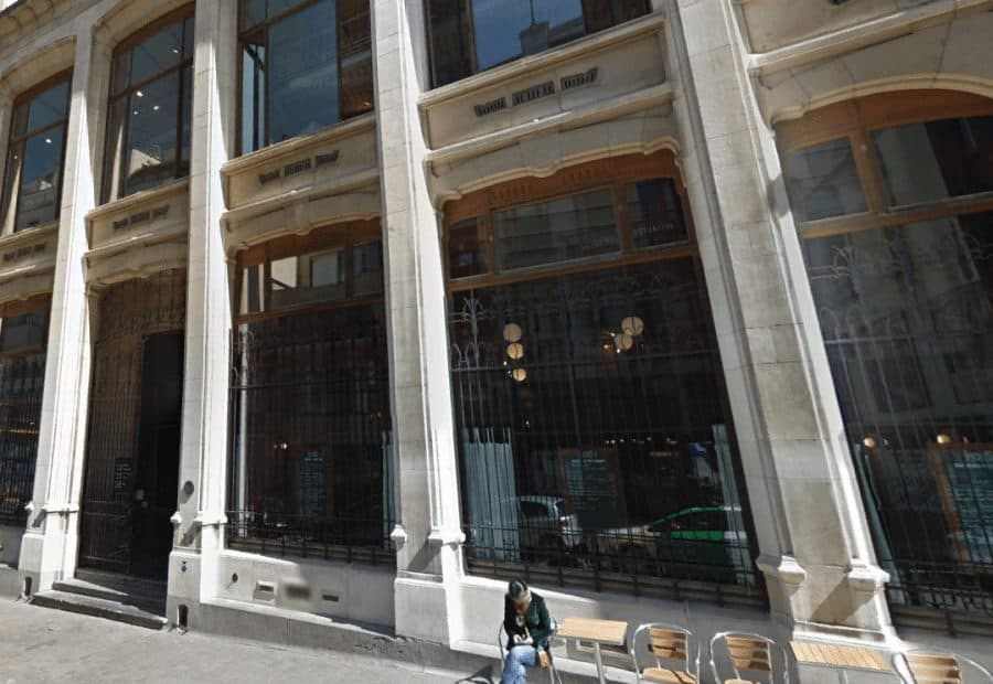 Главный вход в музей комиксов в Брюсселе