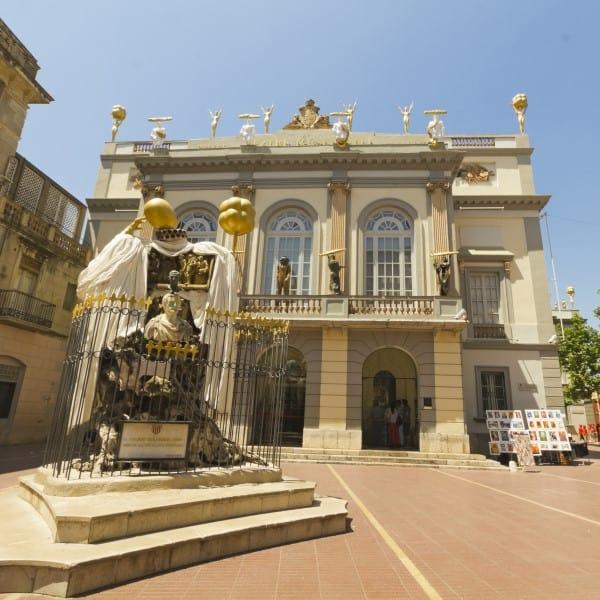 Главный вход в театр-музей Сальвадора Дали