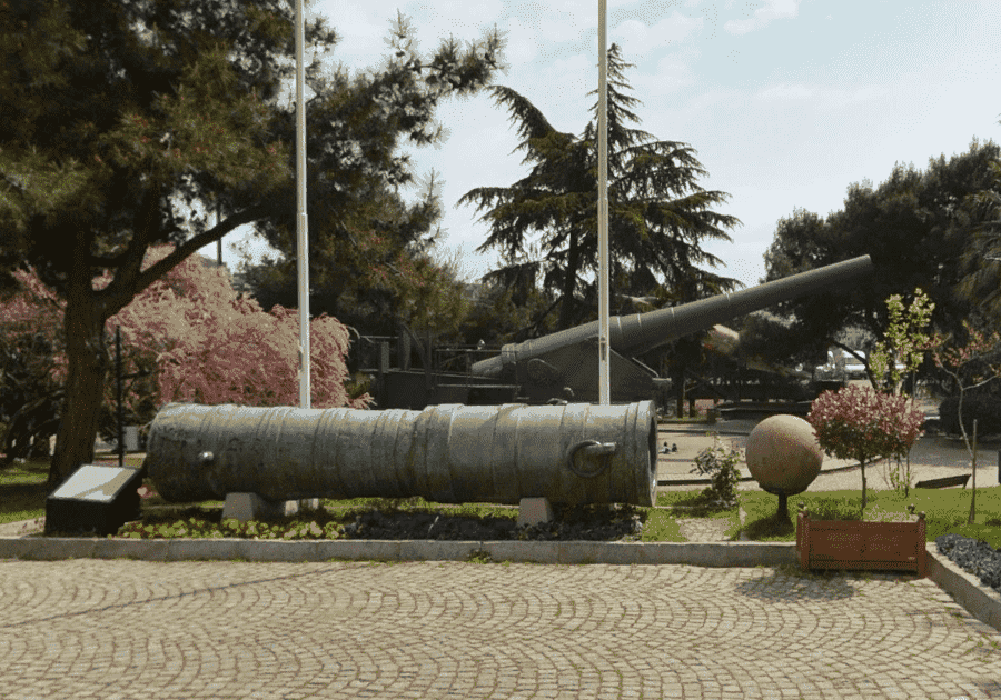 Военный музей в Стамбуле экспозиция на улице