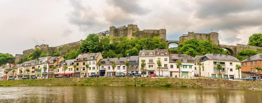 Буйонский замок на фоне города
