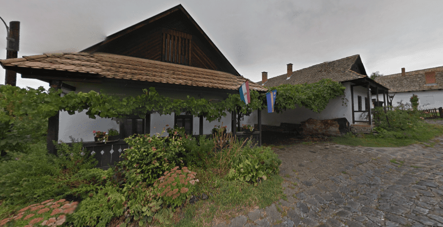 Деревня Холлокё типичный домик