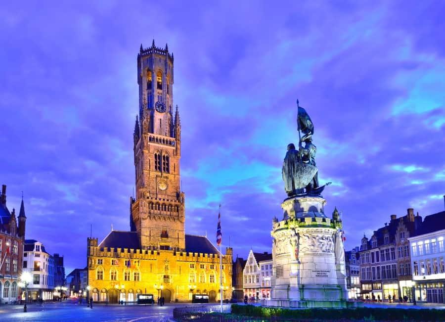 Дозорная башня на Площади Гроте-Маркт в Брюгге
