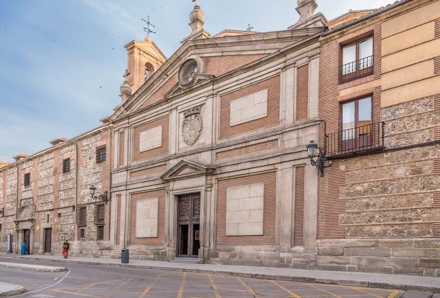 Фасад Монастыря Дескальсас Реалес в Мадриде
