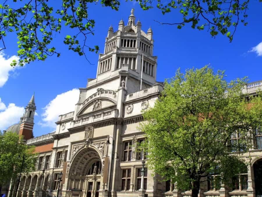Фасад здания музея Виктории и Альберта в Лондоне