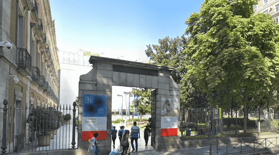 Фасадный вход в музей Тиссен-Борнемиса в Мадриде