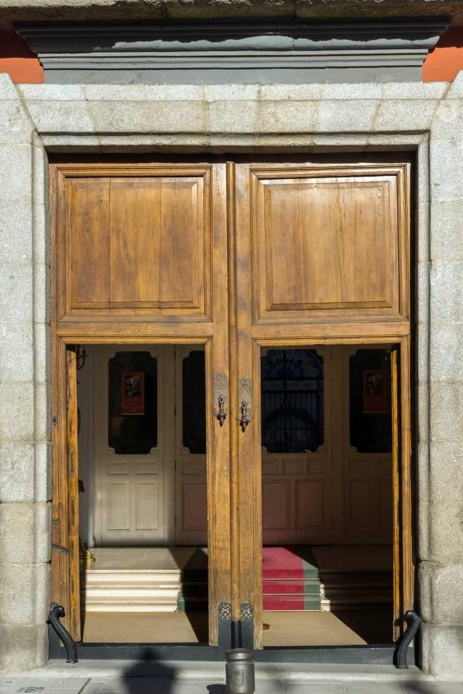 Главный вход в национальный музей романтизма в Мадриде