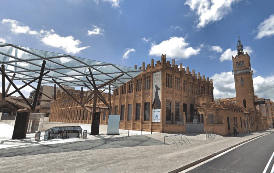 Культурный центр Барселоны Caixa Forum вид снаружи здания
