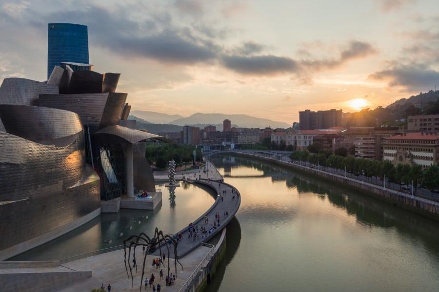 Музей Гуггенхайма в Бильбао вид снаружи
