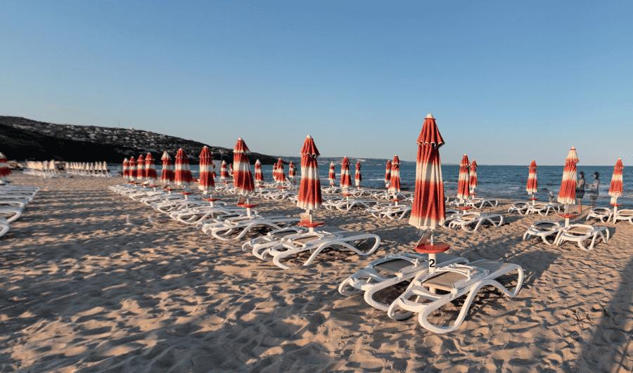 Пляж Албены с зонтиками и лежаками