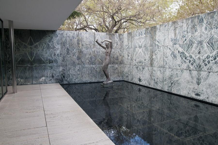 Скульптура Танцовщица в Мис ван дер Роэ в Баоселоне