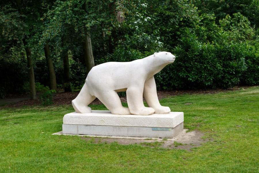 Скульптура белого медведя в музее парка Мидделхейм в Антверпене