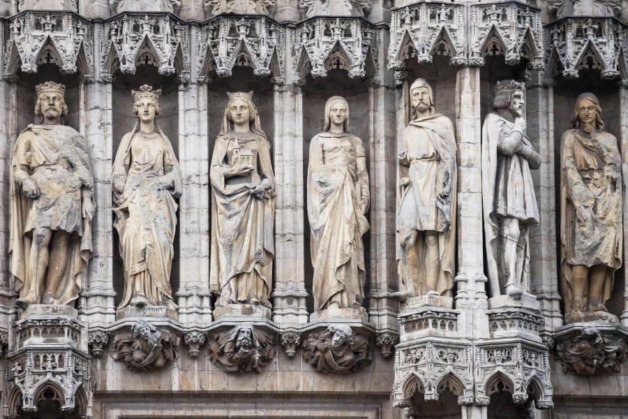 Статуи на фасаде ратуши в Брюсселе