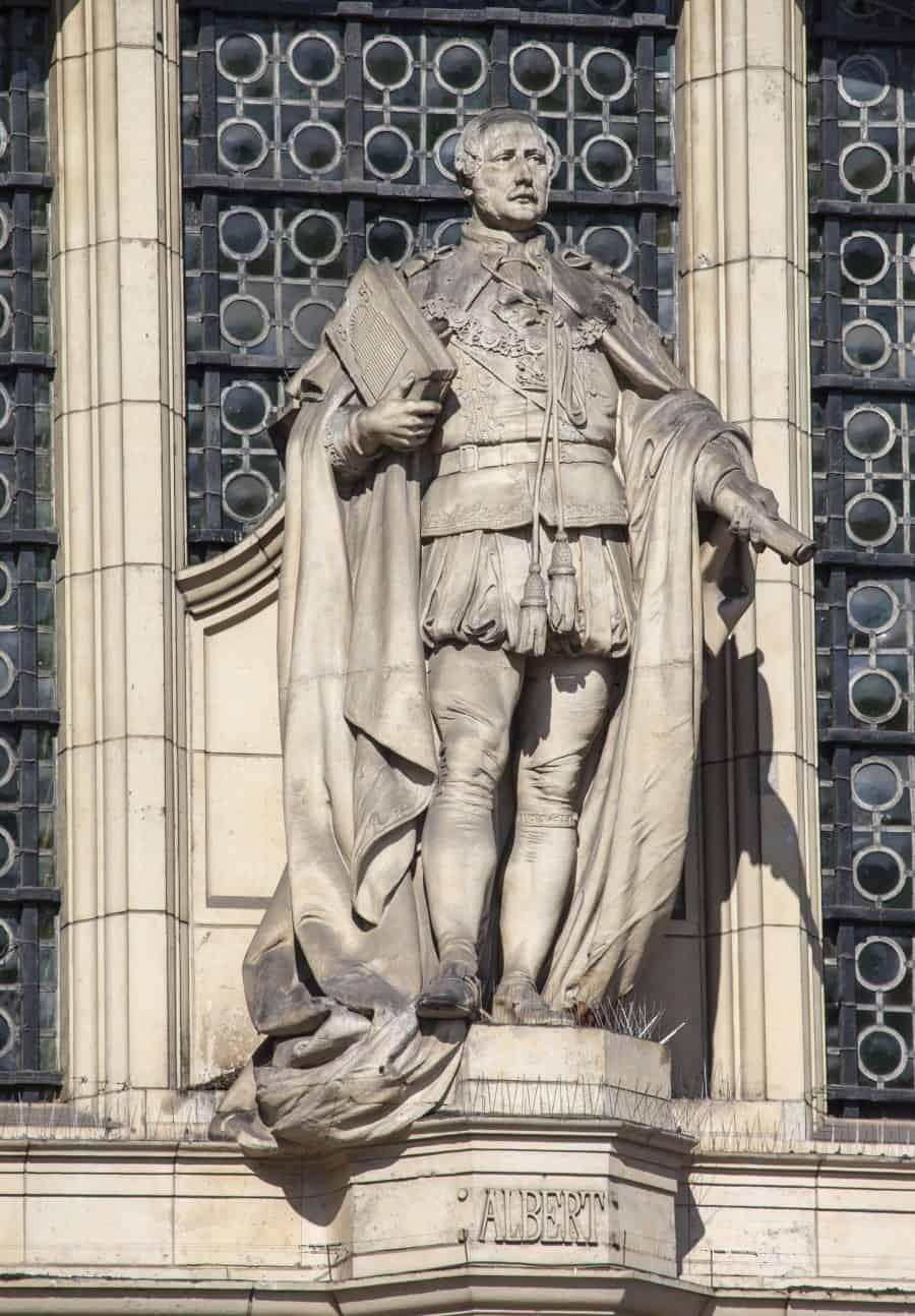 Статуя принца Альберта на фасаде здания Виктории и Альберта в Лондоне