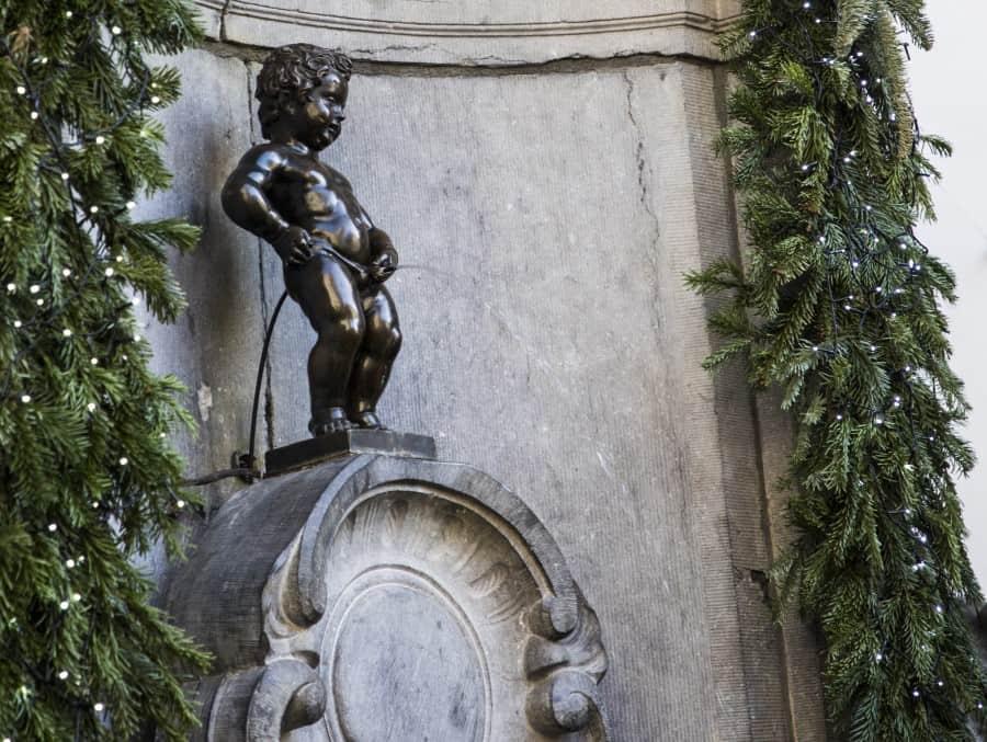 Традиции связанные с фонтаном Писающий мальчик