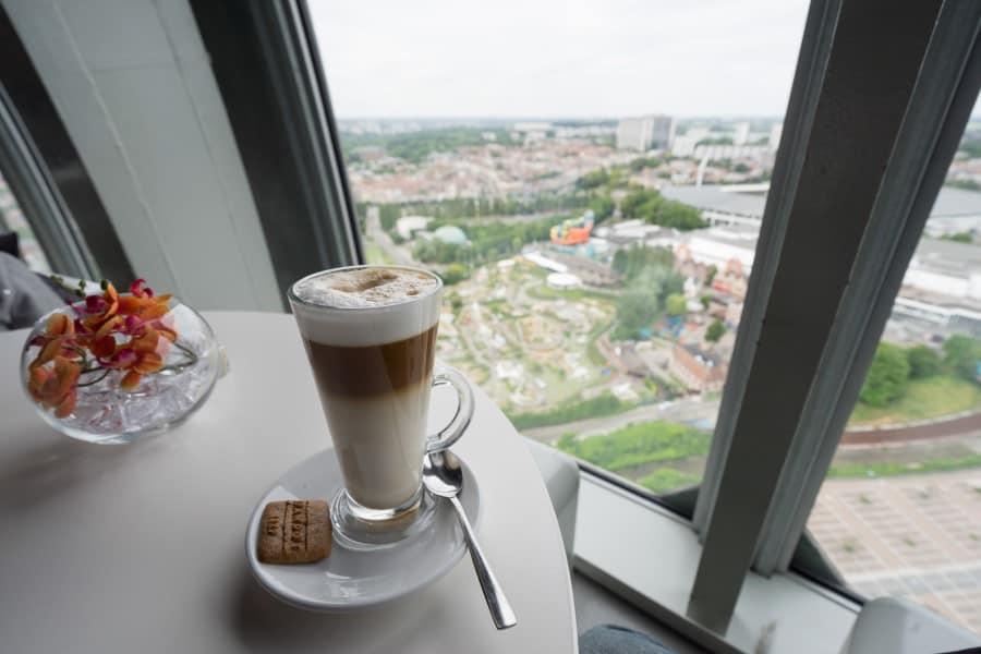 Вид из-за столика в ресторане Вкус Бельгии в Атомиуме