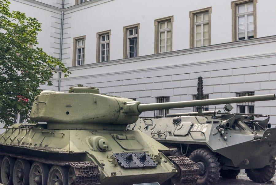 Военный исторический музей в Будапеште экспозиция снаружи