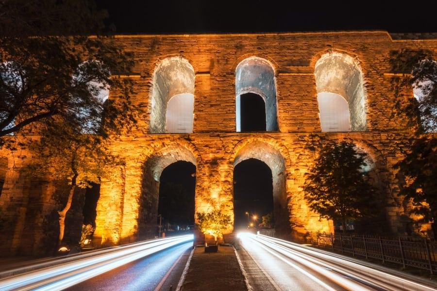 Акведук Валента в Стамбуле вид ночью