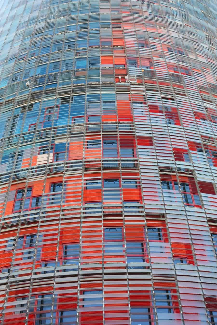Чешуйки башни Агбар в Барселоне днём