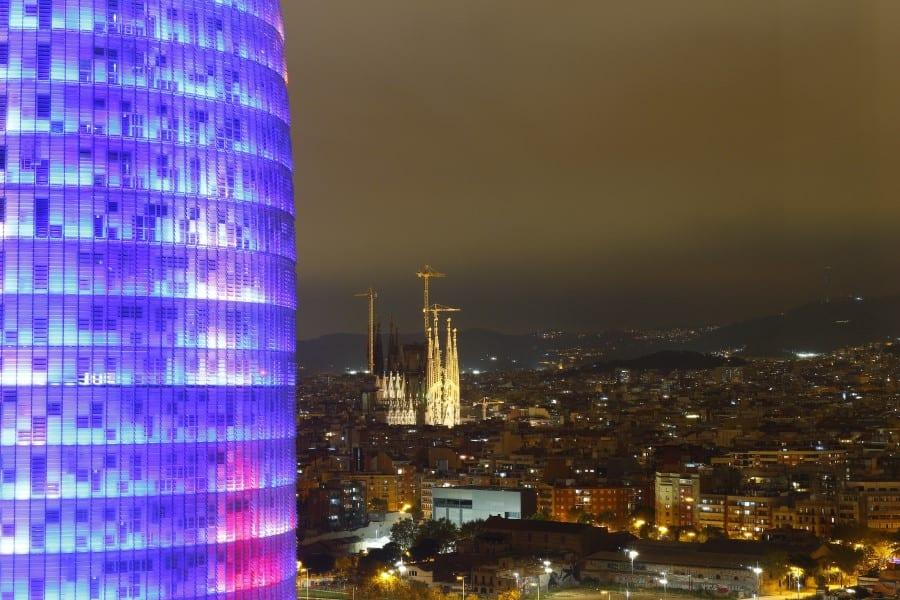 Чешуйки башни Агбар в Барселоне ночью
