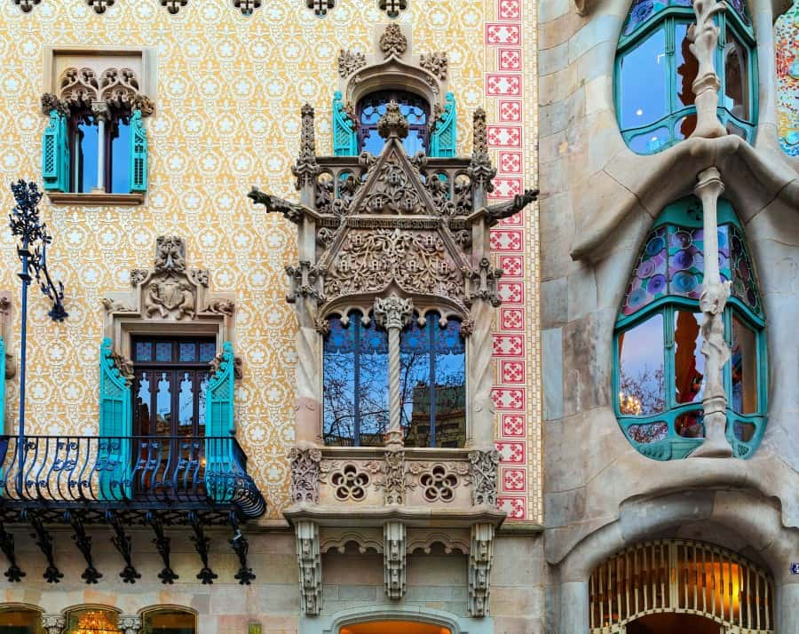 Детали фасада дома Бальр в Барселоне