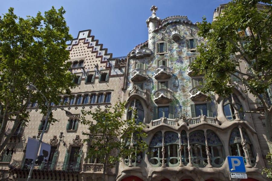 Дом Бальо в Барселоне вид с улицы