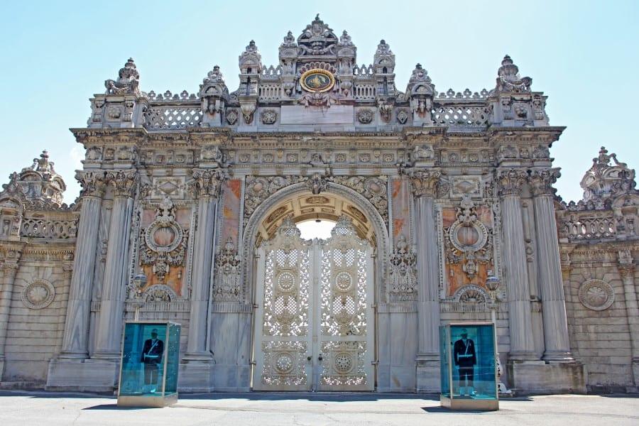 Дворец Долмабахче в Стамбуле вид с главного входа