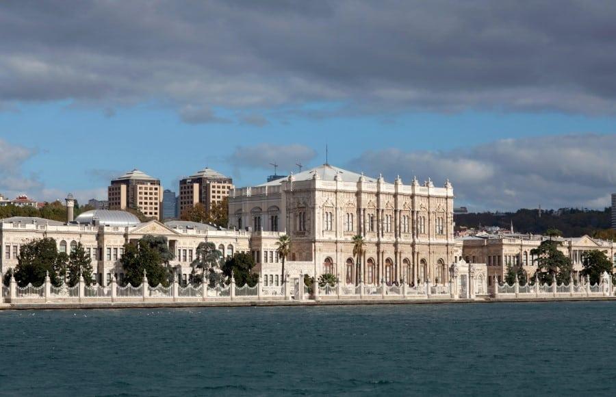 Дворец Долмабахче в Стамбуле вид с воды