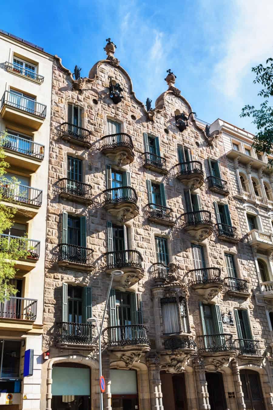 Фасад Дома Кальвет в Барселоне