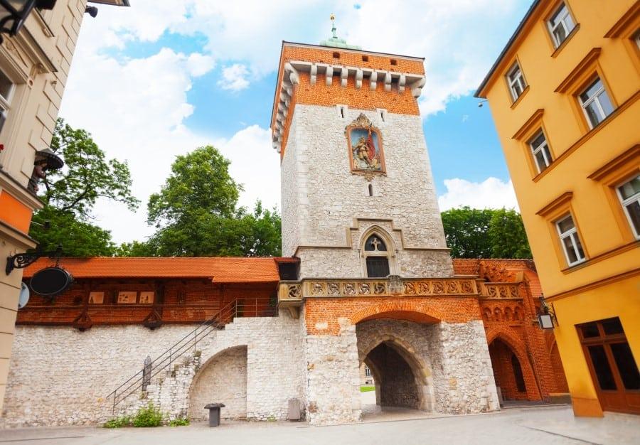 Флорианские ворота и башня в Старом городе в Кракове