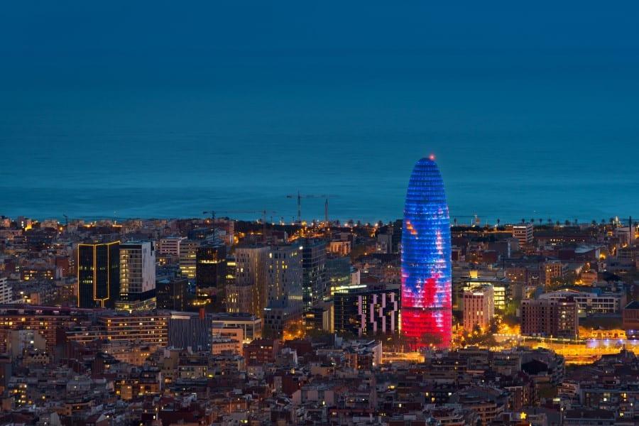 Иллюминация башни Агбар в Барселоне