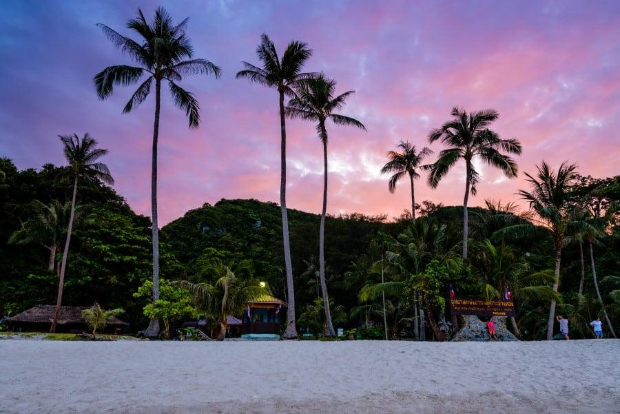 Красивые пляжи на закате в Морском национальном парке Ангтхонг возле Ко Самуи