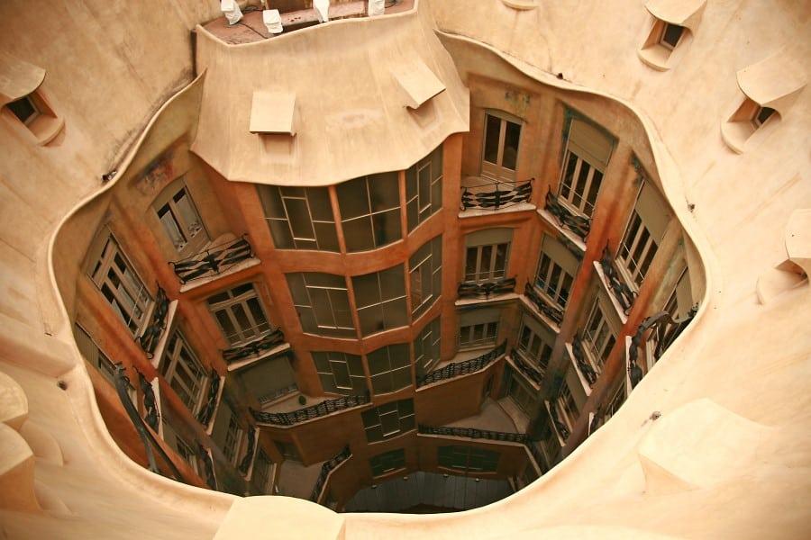 Круглый внутренний двор в доме Мила в Барселоне