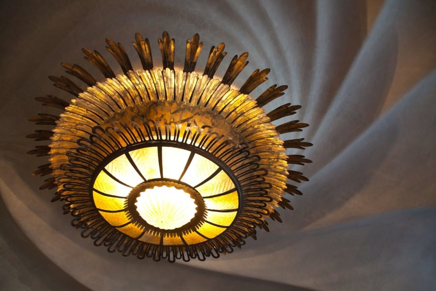 Огромная люстра внутри дома Бальо в Барселоне