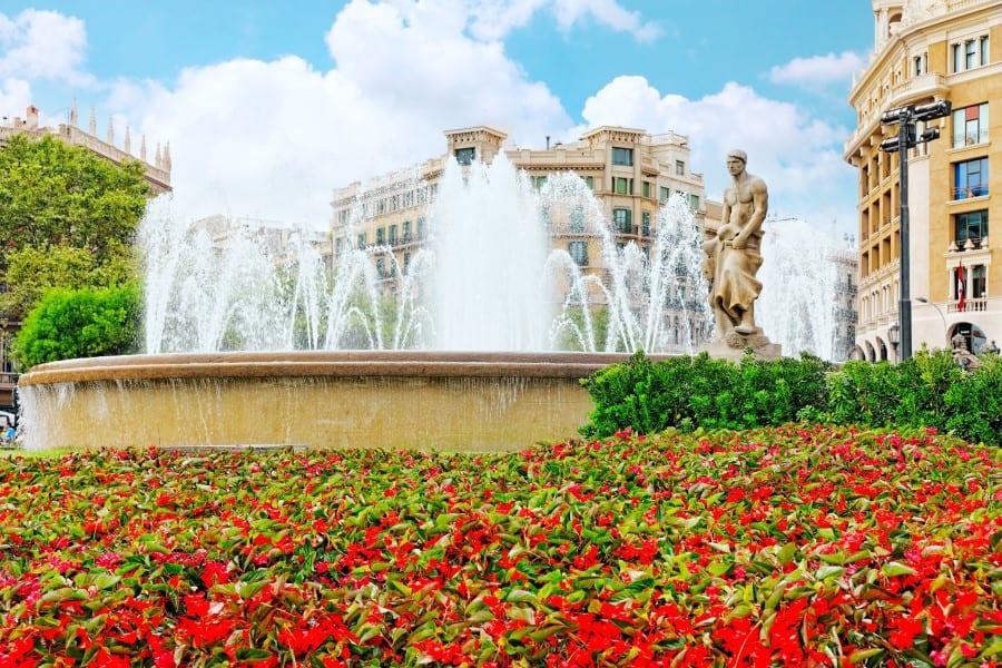 Памятник и фонтан на площади Каталонии