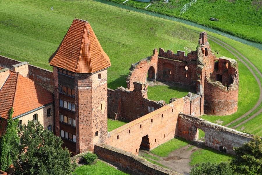 Разрушенный замок Мальборк в Польше