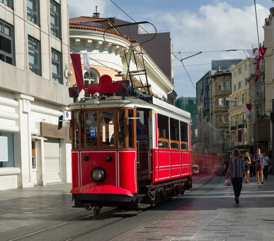 Старинный трамвайчик на площади Таксим в Стамбуле