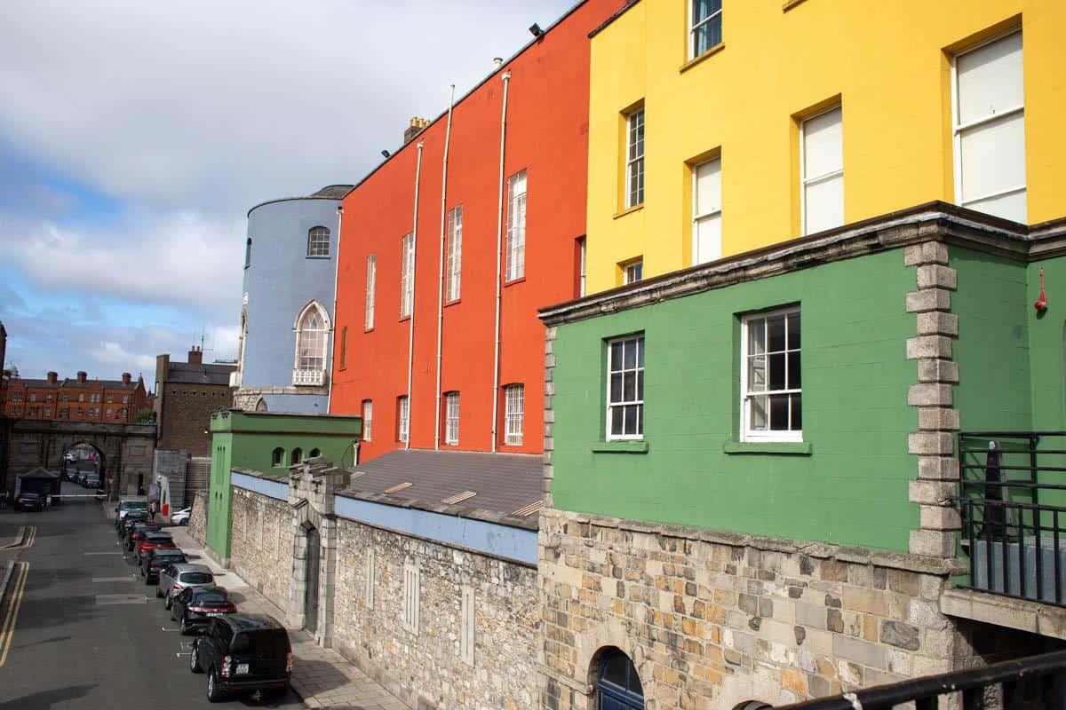 Веселые разноцветные фасады зданий возле Дублинского замка