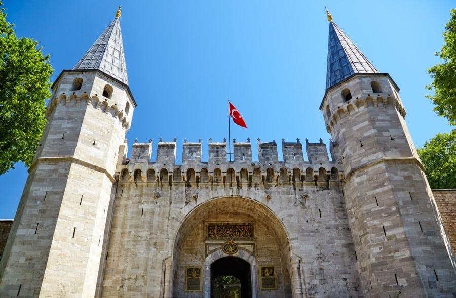 Вид на ворота Топкапы в Стамбуле