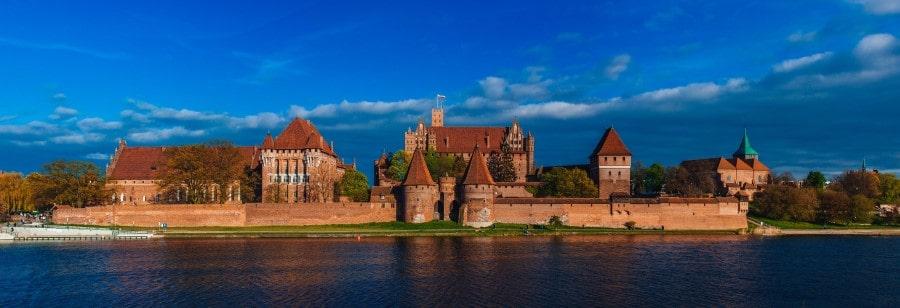 Замок Мальборк в Польше вид с воды