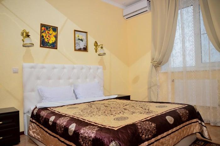 Кровать в Отеле Александрия