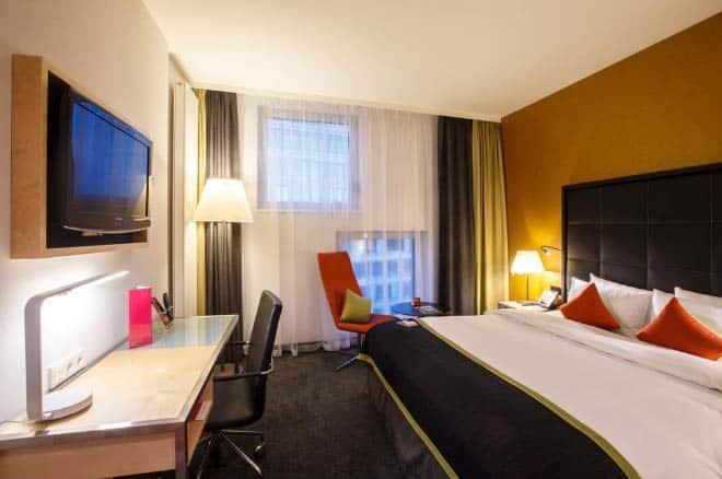 Кровать в отеле Crowne Plaza