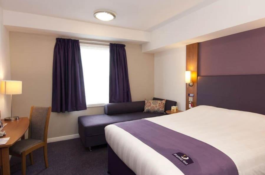 Кровать в Premier Inn Heathrow Airport