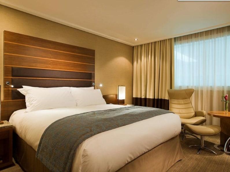 Кровать в отеле Sofitel London Heathrow