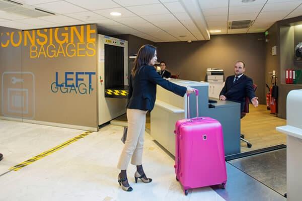 Розовый чемодан