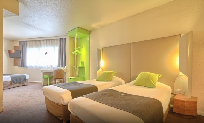 Кровати в Hotel Campanile Roissy