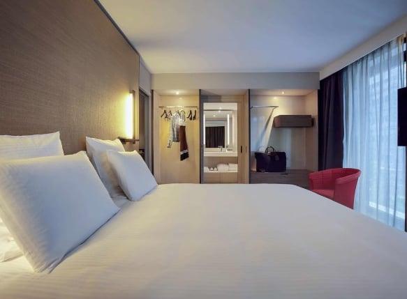 Кровать в Pullman Paris CDG Airport